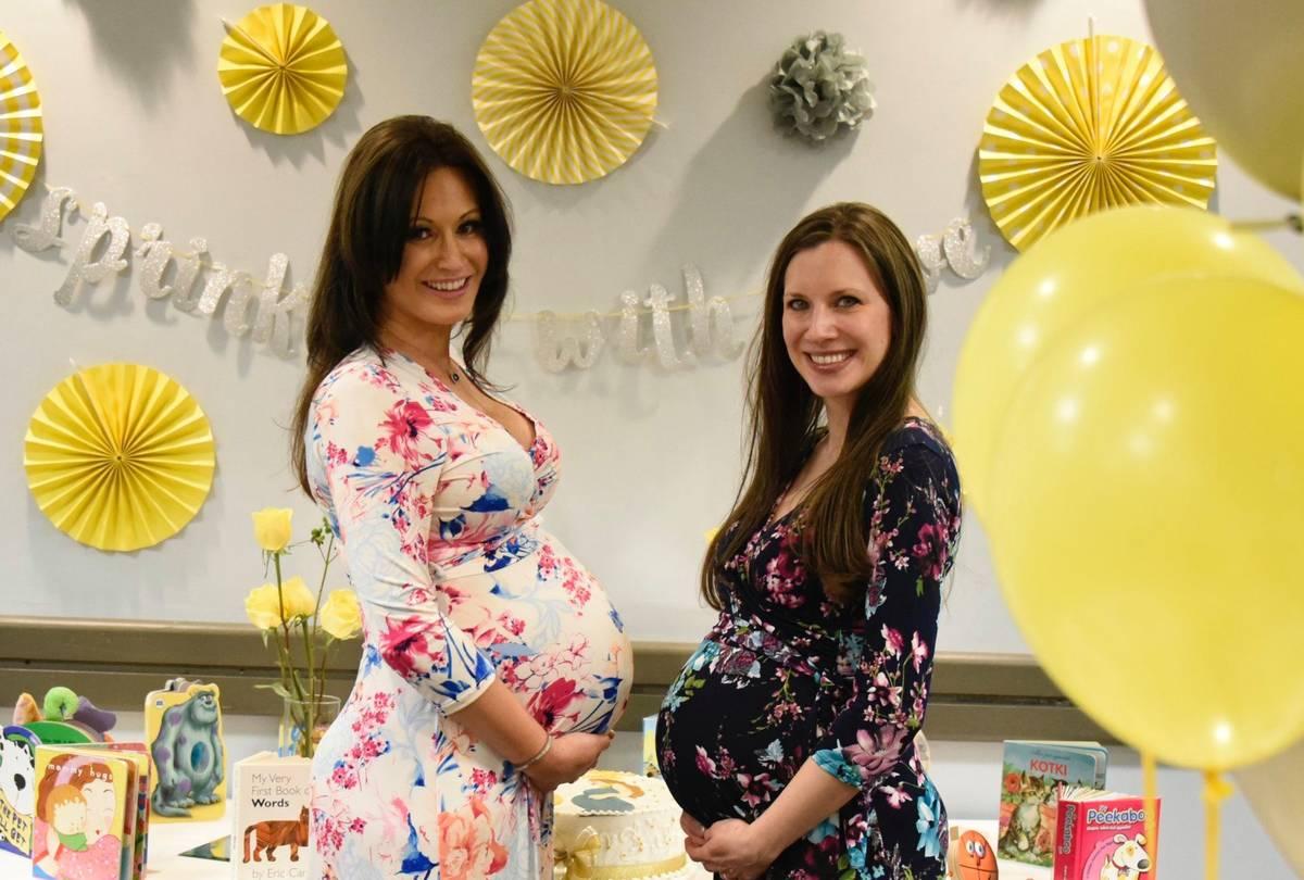 """Kasia Gordon (izquierda) y su hermana Anita Mitchum en su """"baby sprinkle"""" (o mini-shower) dí ..."""