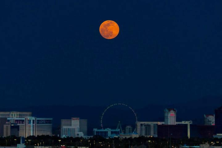 Una superluna rosa se eleva sobre el Strip de Las Vegas el martes, 7 de abril de 2020. (Benjami ...