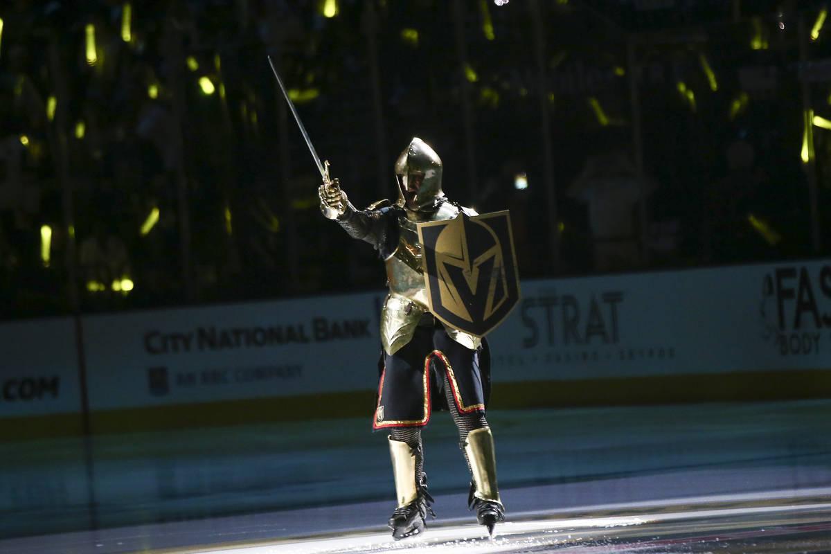 El Caballero de Oro alborota a la multitud antes del comienzo del Juego 3 de una serie de cuart ...