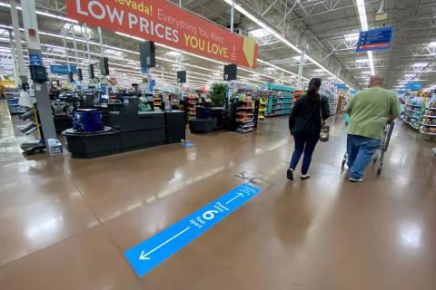 Marcas de distanciamiento social en el piso en Walmart Supercenter en 3950 W. Lake Mead Blvd. e ...