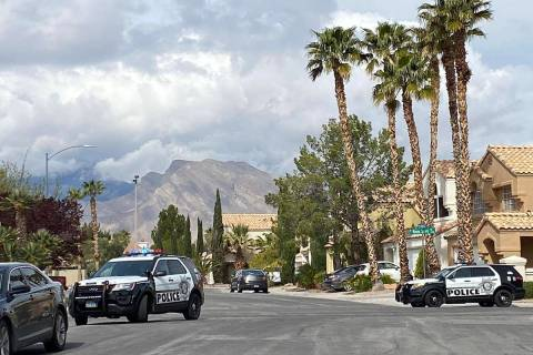 Los oficiales de policía están investigando un tiroteo en la cuadra 8400 de Shady Shores Circ ...