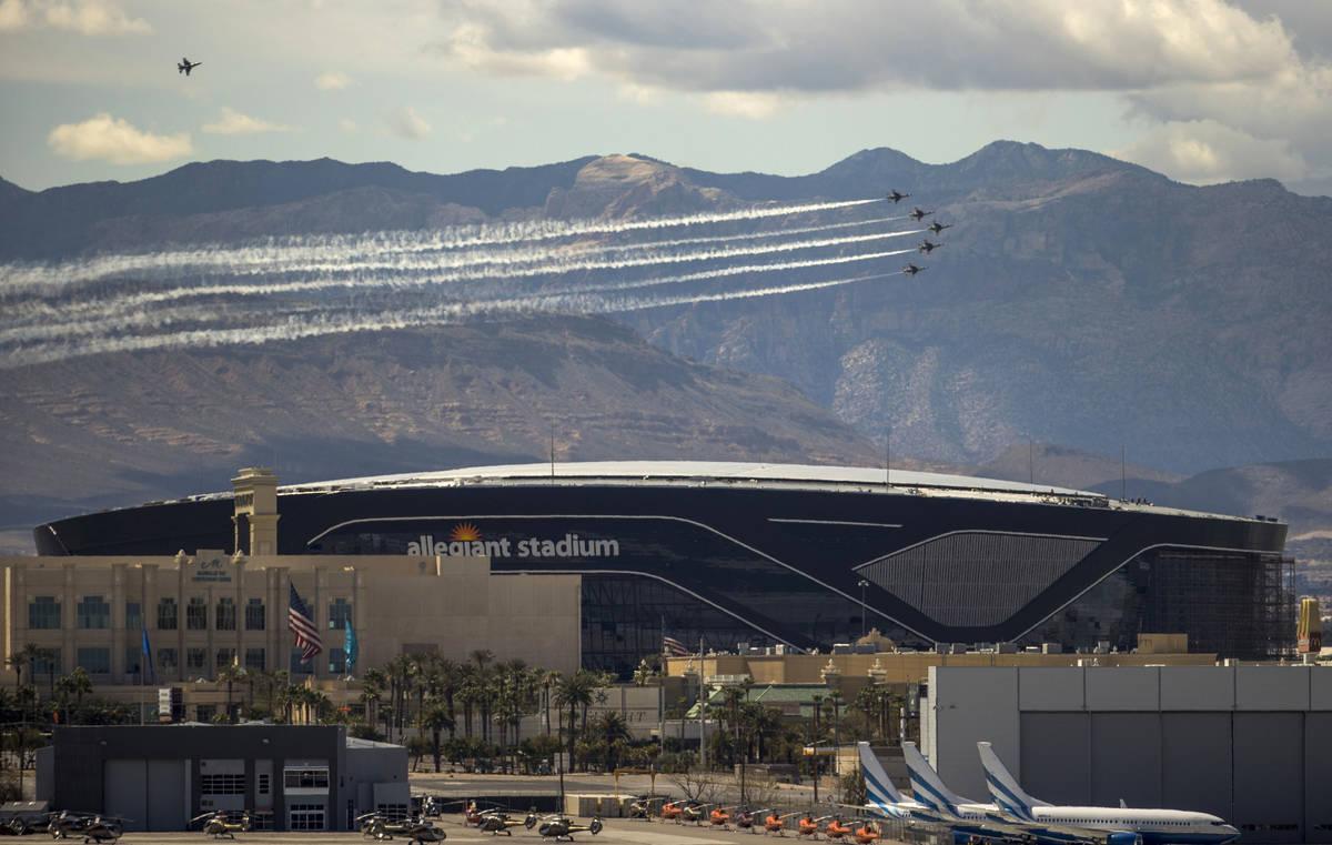 El Escuadrón de Demostración Aérea de la Fuerza Aérea de EU, los Thunderbirds, pasan voland ...