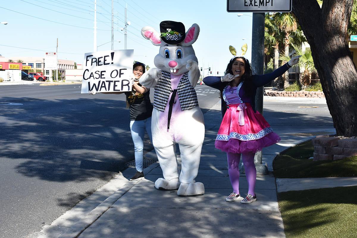 """Acompañados por el """"Conejo de Pascua"""", los trabajadores de """"La Jolla Nightclub"""" realizaron ..."""