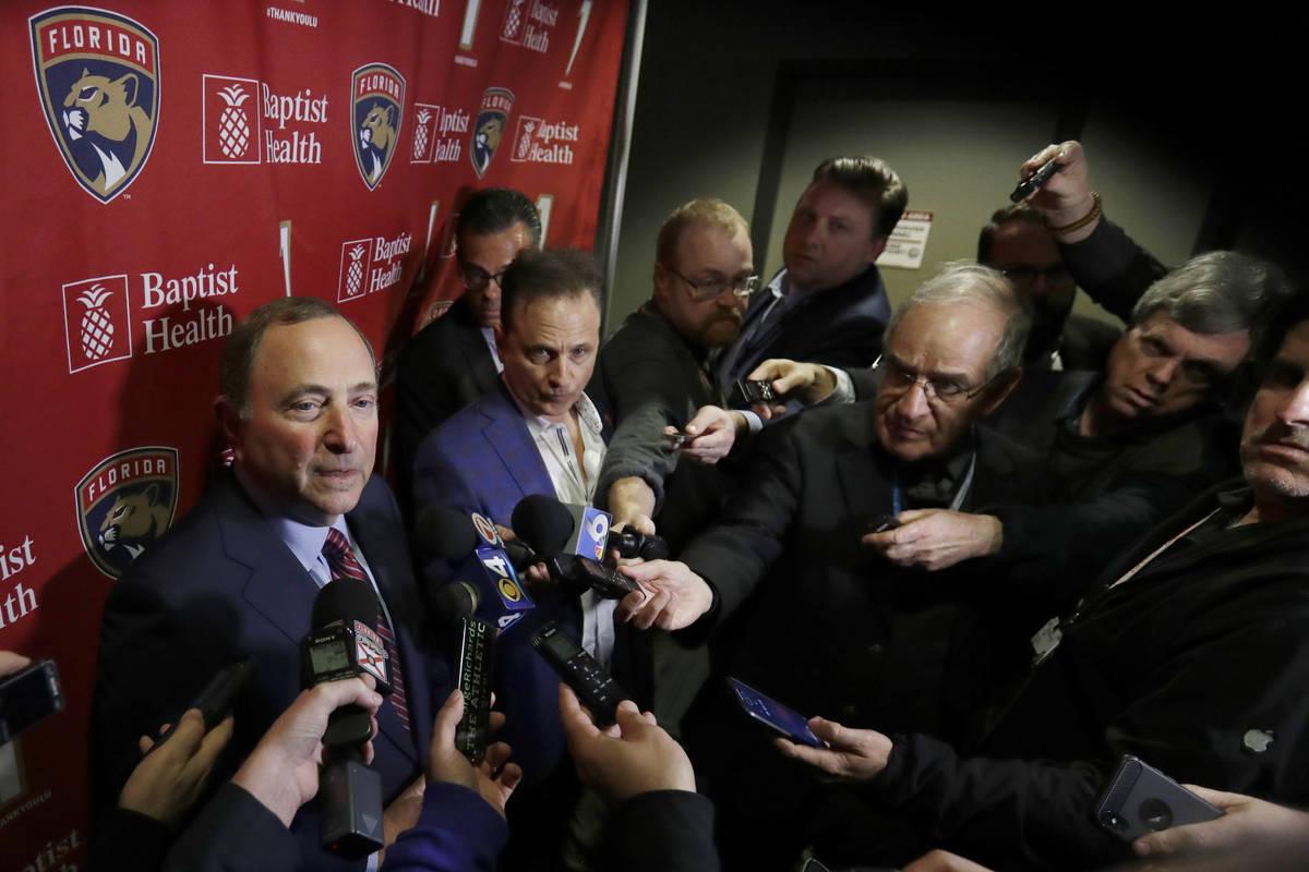 El Comisionado de la Liga Nacional de Hockey, Gary Bettman, izquierda, habla con miembros de lo ...