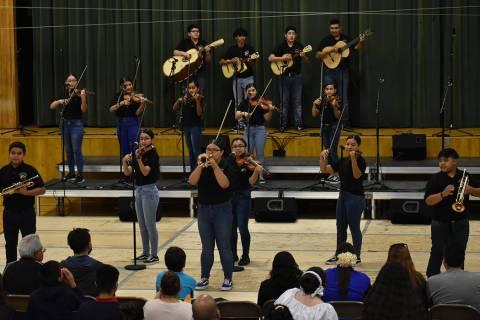 Foto de archivo del Mariachi Los Gavilanes de la escuela secundaria Mónaco participando en el ...