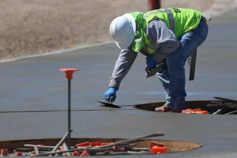 Un obrero vuelve a pavimentar el hormigón en el Raiders Allegiant Stadium de Las Vegas, el mar ...
