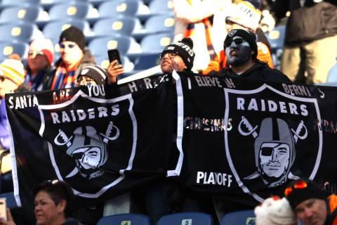 En esta foto de archivo, los aficionados de los Raiders agitan sus banderas antes de un partido ...