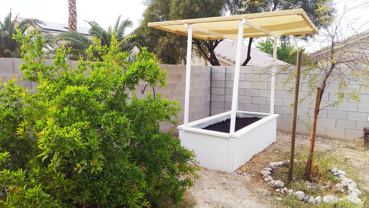 Los restos de madera pueden ser utilizados para crear útiles decoraciones para el jardín. Vie ...