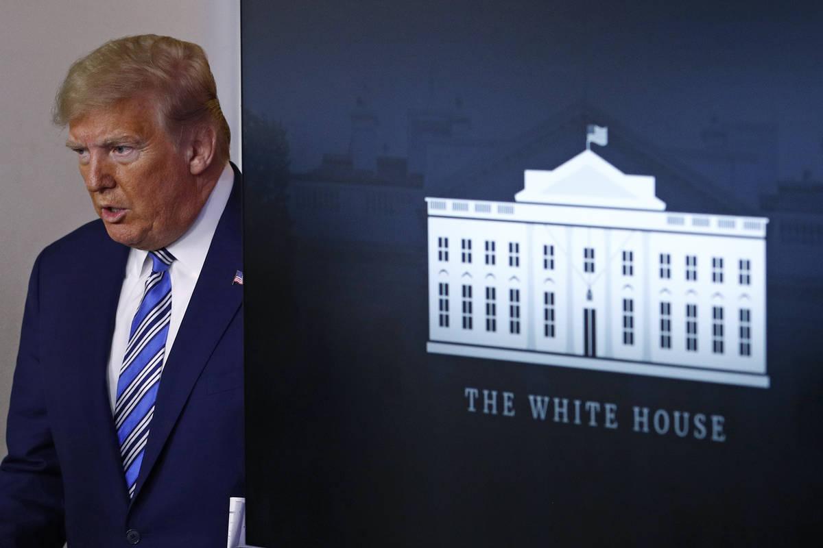 El presidente Donald Trump llega para hablar en una reunión del Comando contra el Coronavirus ...