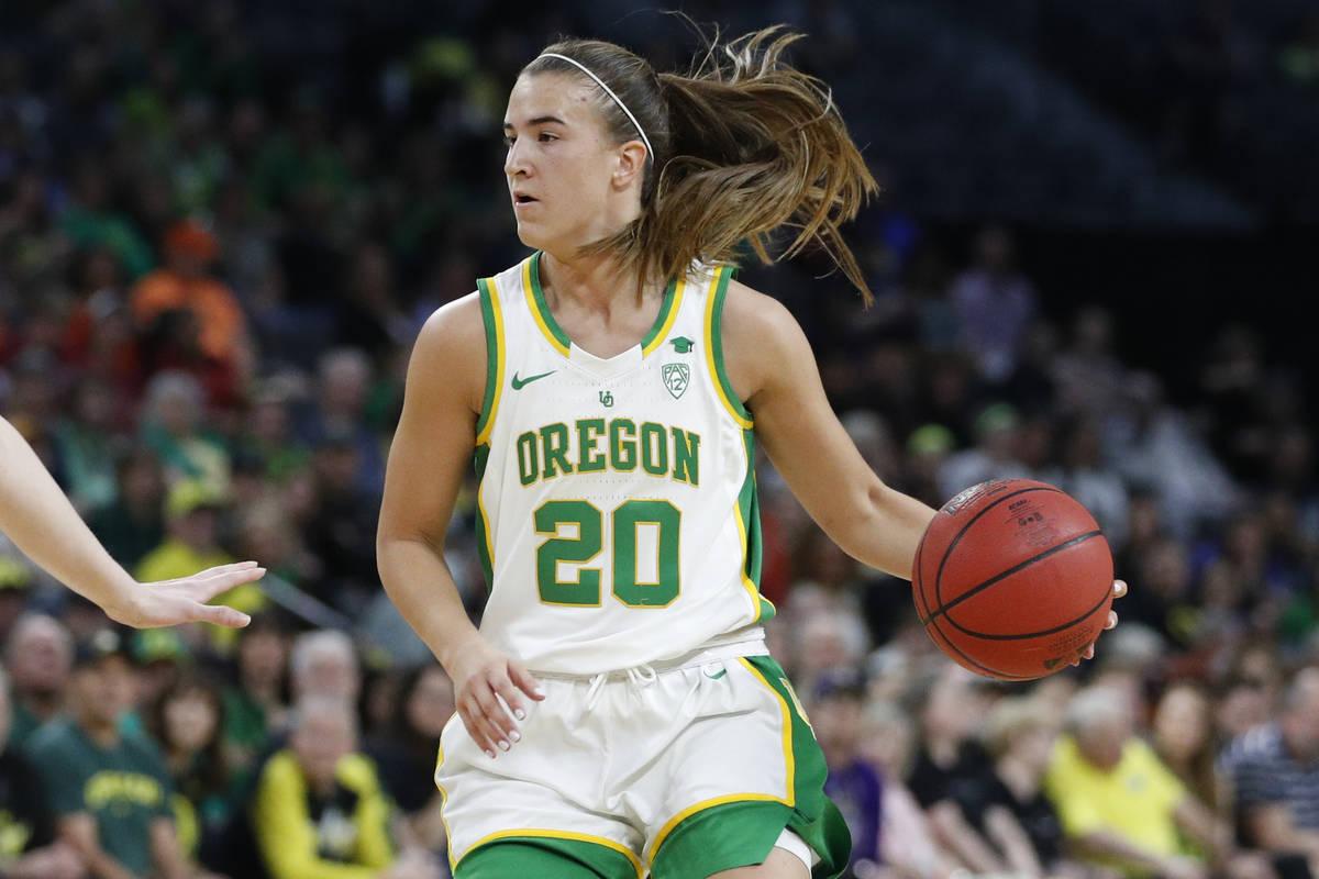 Sabrina Ionescu (20) de Oregón juega contra Stanford durante un partido de baloncesto universi ...