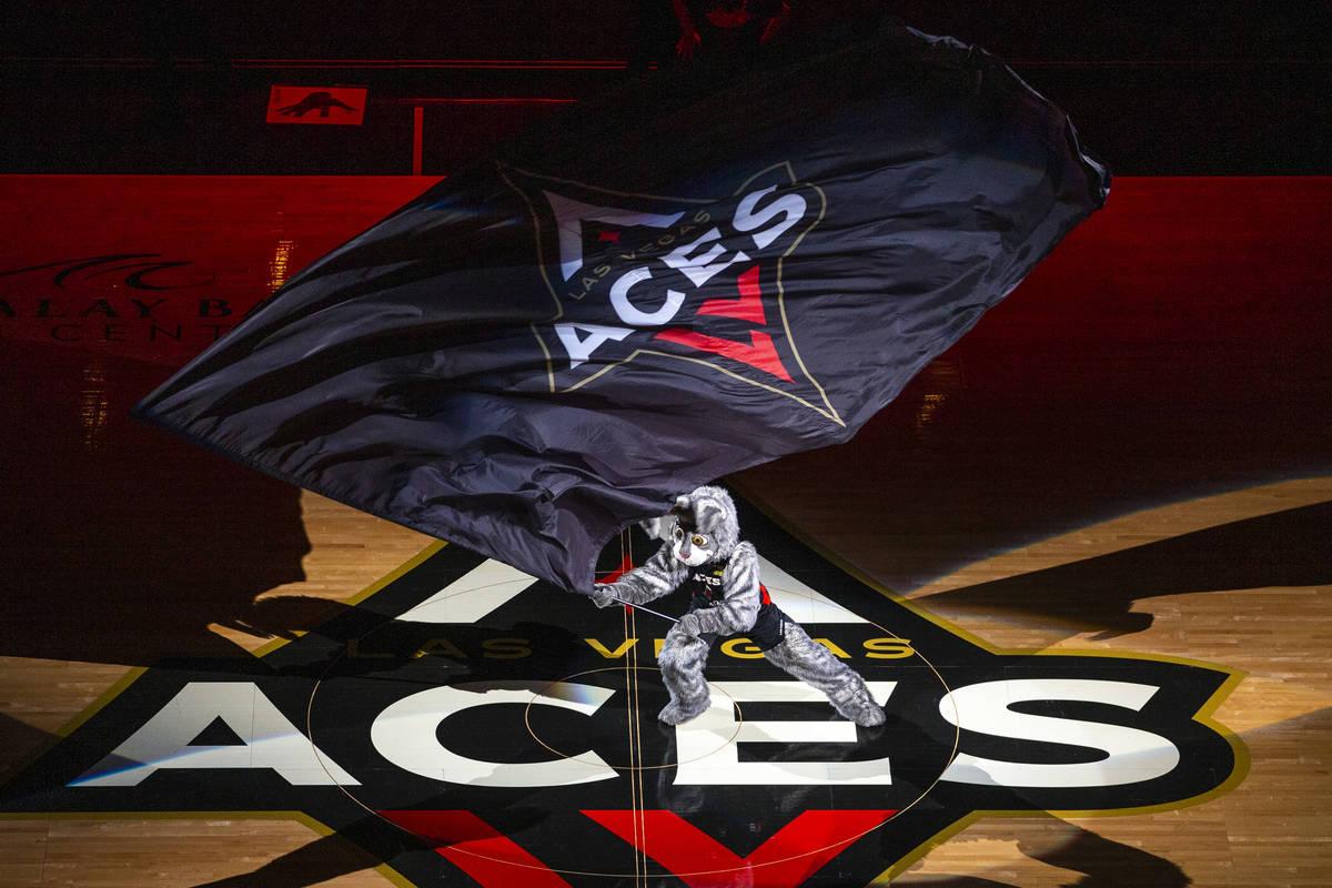 Buckets ondea la bandera mientras las Aces de Las Vegas se preparan para enfrentarse a las Myst ...