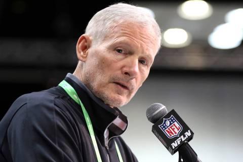El gerente general de los Raiders de Las Vegas, Mike Mayock, habla en el grupo de exploración ...