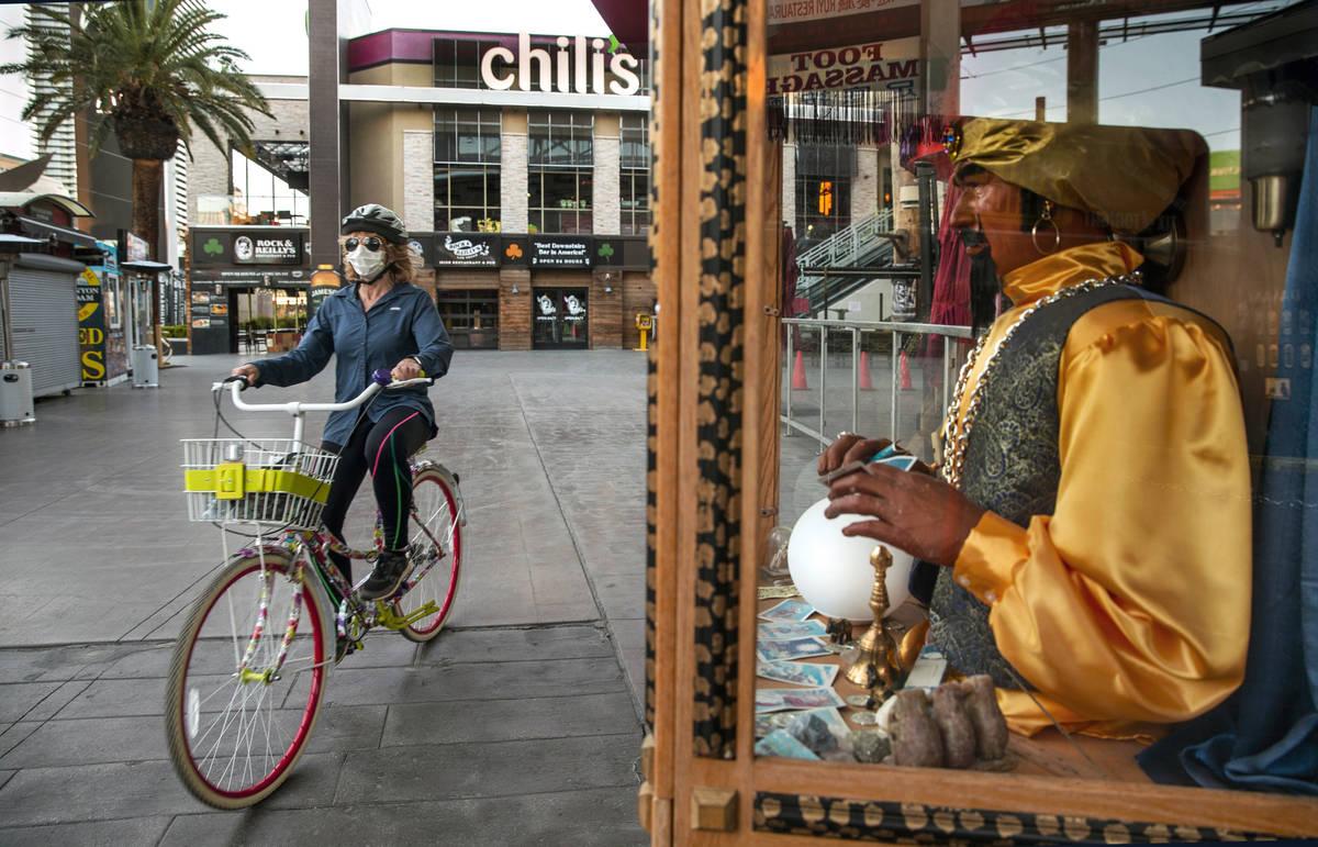 Jean Boccelli pedalea frente a un cajero automático Zoltar Fortune Teller cerca de Chili's Gri ...