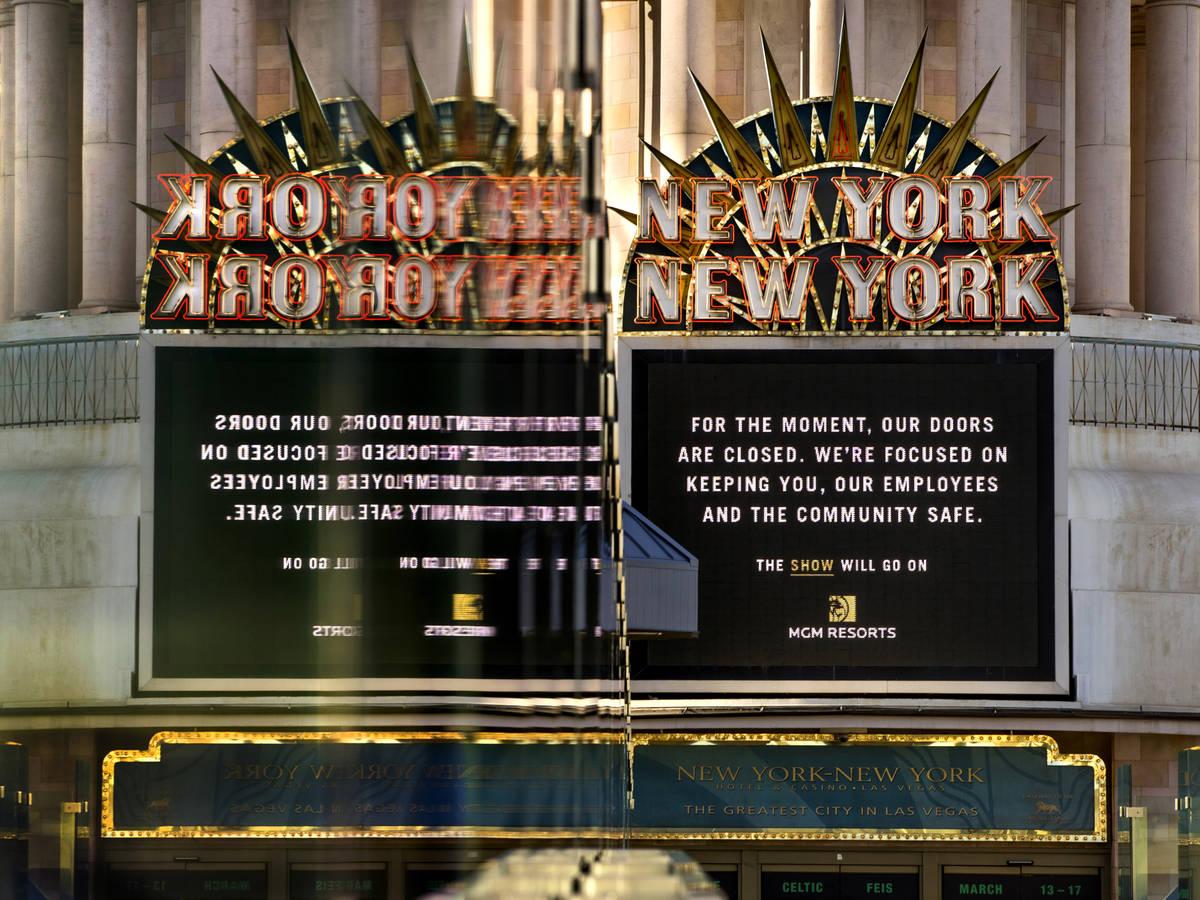 Un letrero de New-York New-York se refleja en el vidrio de un puente peatonal a lo largo del Bo ...