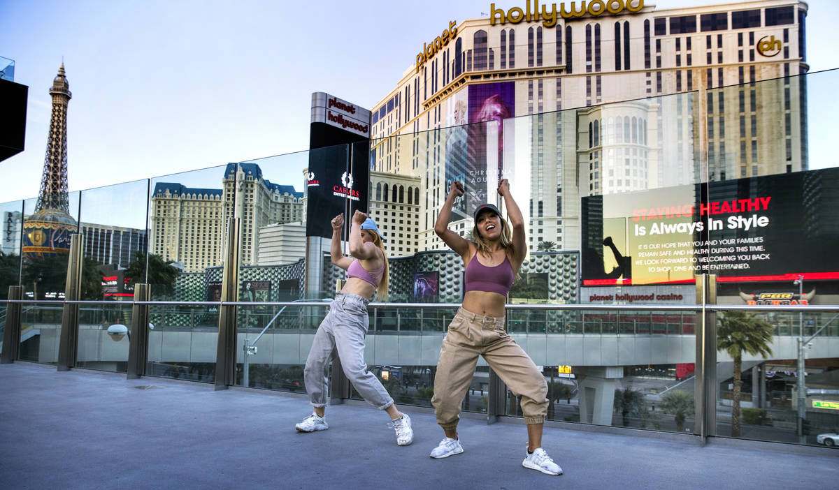 Carolyn Oliver, izquierda, y Lisa Love practican una rutina de baile en un puente peatonal cerc ...