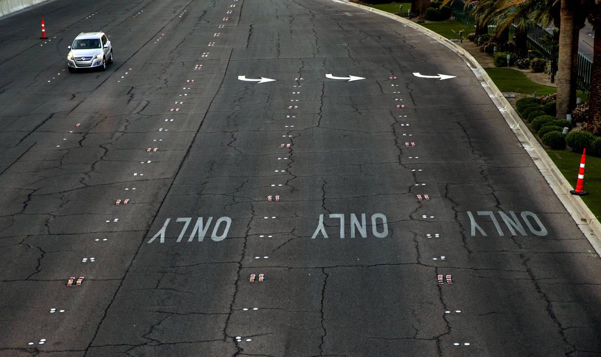 Un vehículo solitario pasa por New-York New-York a lo largo del Boulevard de Las Vegas en el S ...