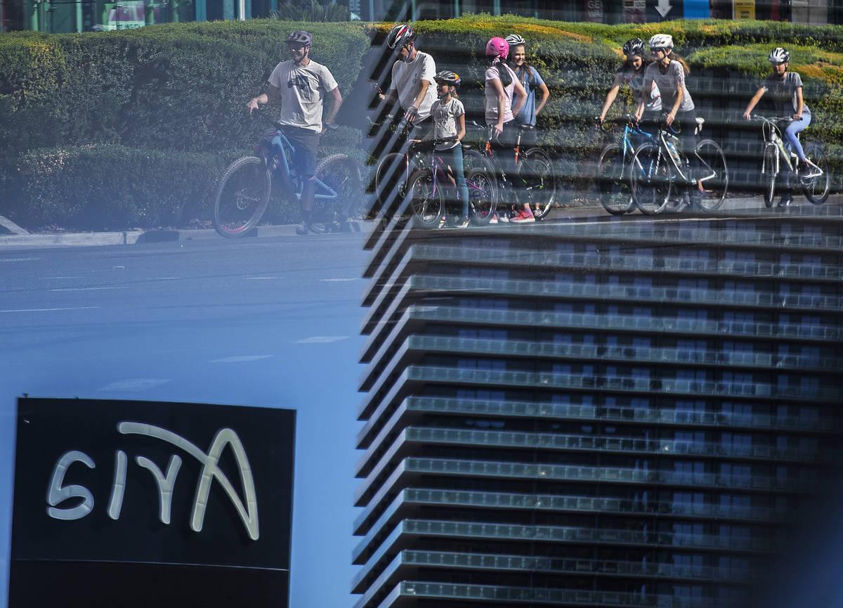 Un gran grupo de ciclistas espera en un semáforo frente a Aria en el Strip el jueves, 16 de ab ...