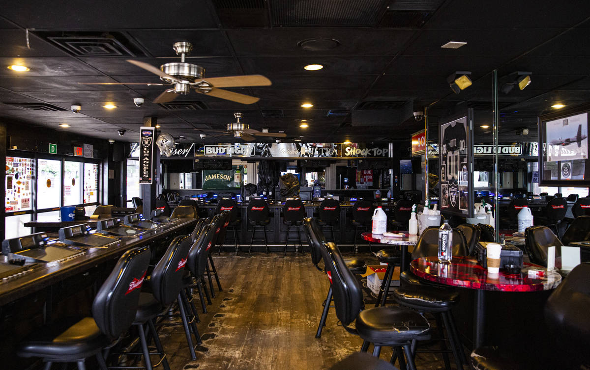 Una vista del casino vacío Stage Door en Flamingo Road cerca de Las Vegas Boulevard el jueves, ...