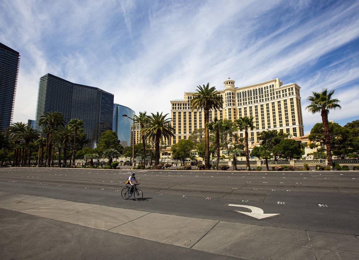 Un ciclista pasa por Bellagio el jueves, 16 de abril de 2020. (Chase Stevens/Las Vegas Review-J ...