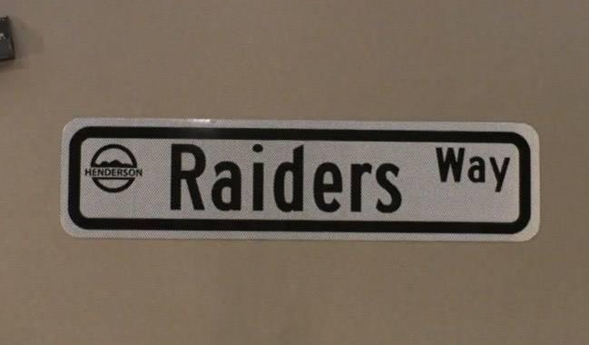 Una muestra de un letrero de Raiders Way. (Ciudad de Henderson)