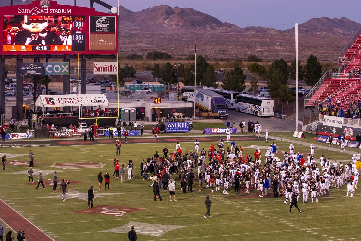 Los Rebels de la UNLV y los jugadores de los San José State Spartans se reúnen en el campo de ...