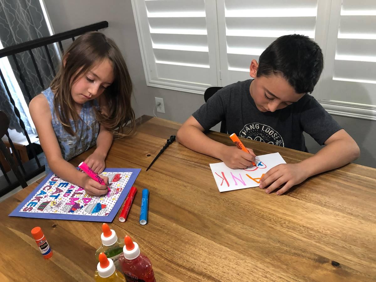 Los hijos de Melissa Montiel, Emilia y Maxwell, hacen a mano tarjetas de felicitación para apo ...