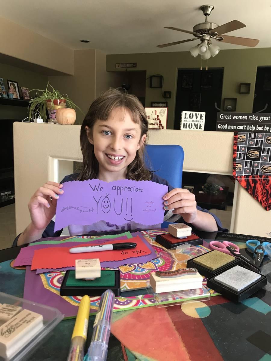 Haylee Hirsch hizo más de 100 tarjetas para los trabajadores de hospitales. (Michelle Hirsch)