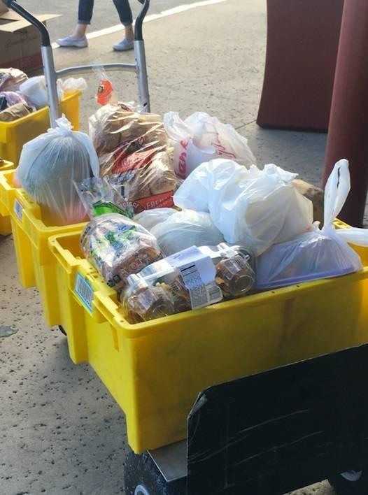 Empleados de restaurantes locales recibieron el sábado alimentos de Titan Brands Hospitality G ...