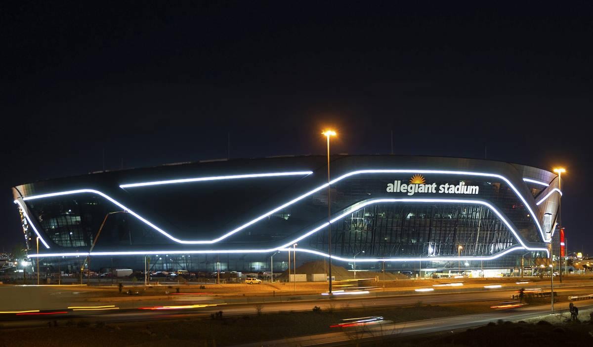 Las luces exteriores encendidas del Estadio Allegiant el martes, 21 de abril de 2020, en Las Ve ...