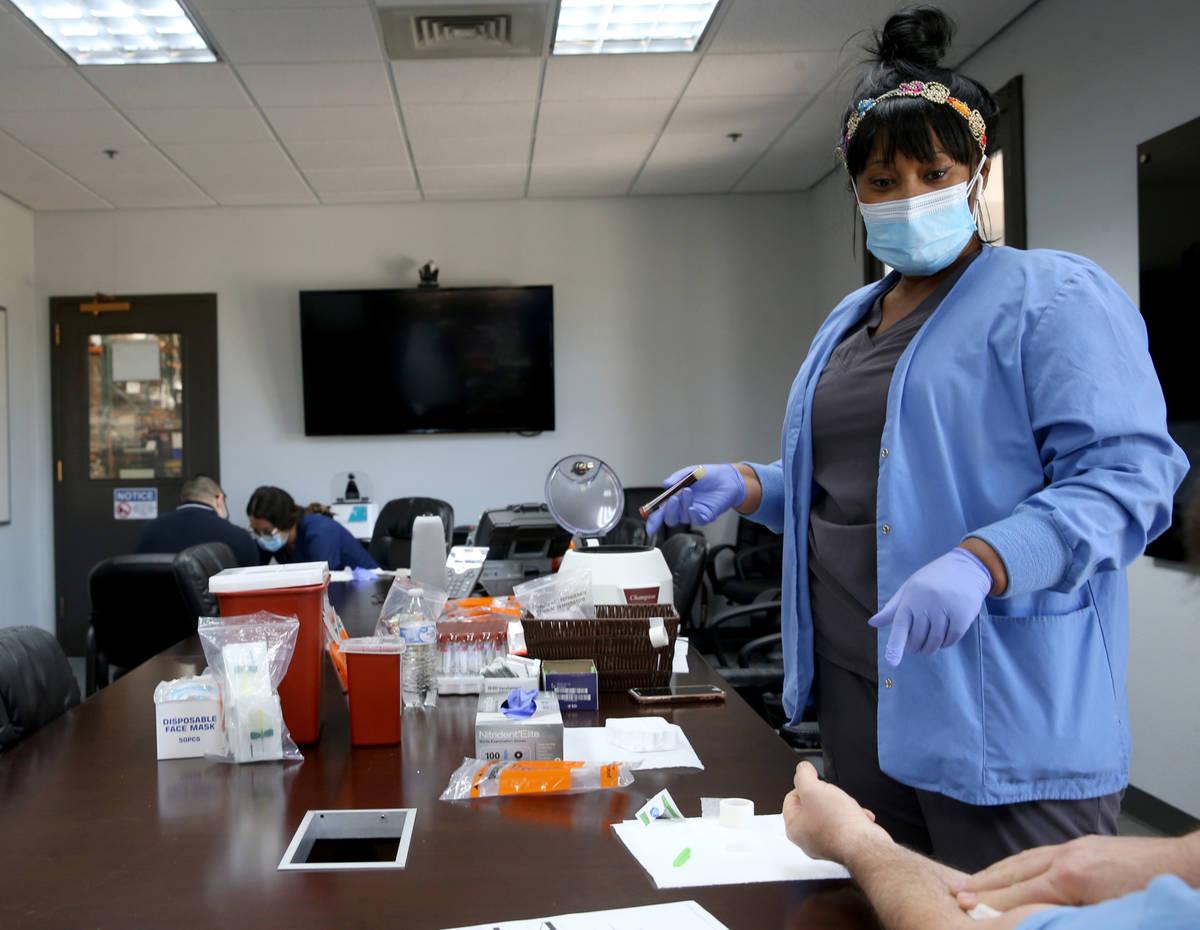 La flebotomista Dana Duncan, de 37 años, hace la prueba voluntaria de anticuerpos COVID-19 par ...