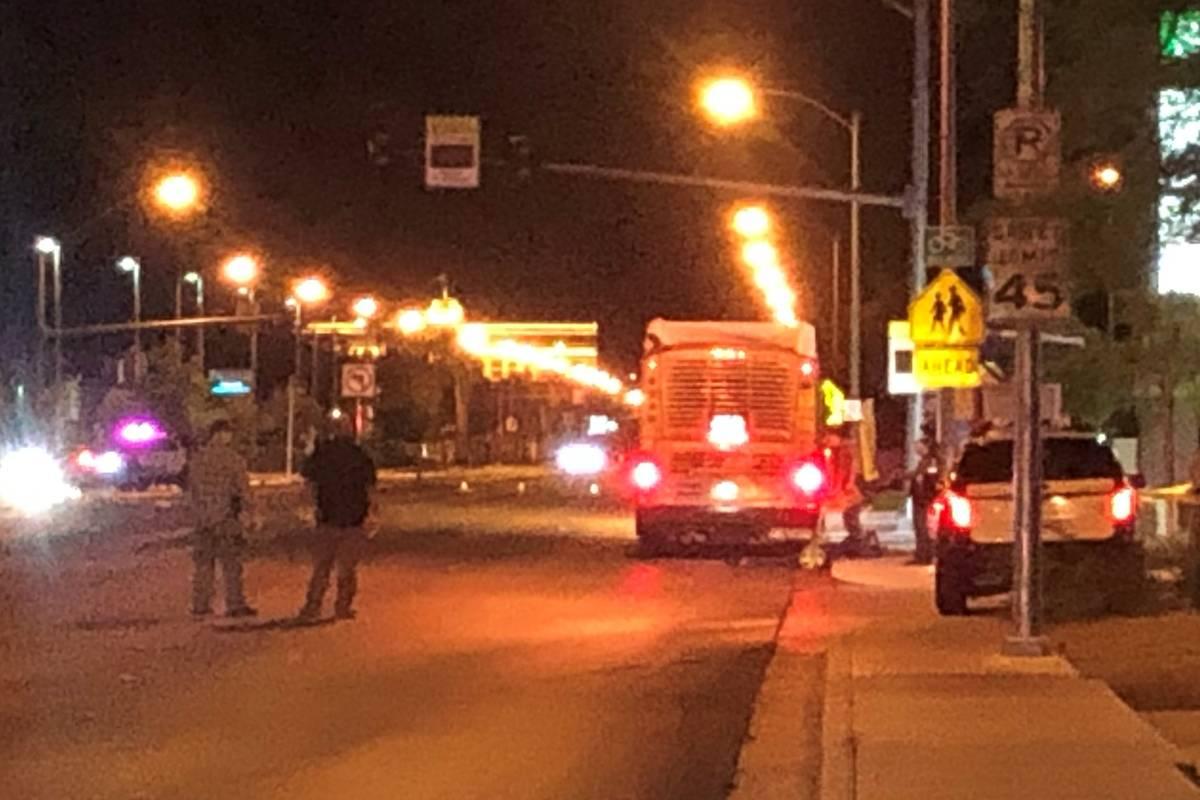 La policía de Las Vegas investiga después de que una persona falleció cerca de Silverado Ran ...