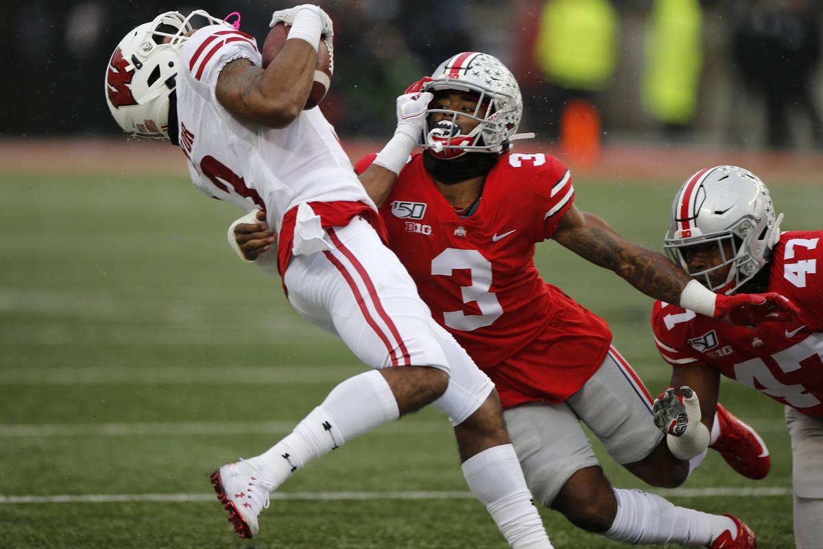 El defensa de Ohio State, Damon Arnette, derecha, ataca al receptor de Wisconsin, Kendric Pryor ...