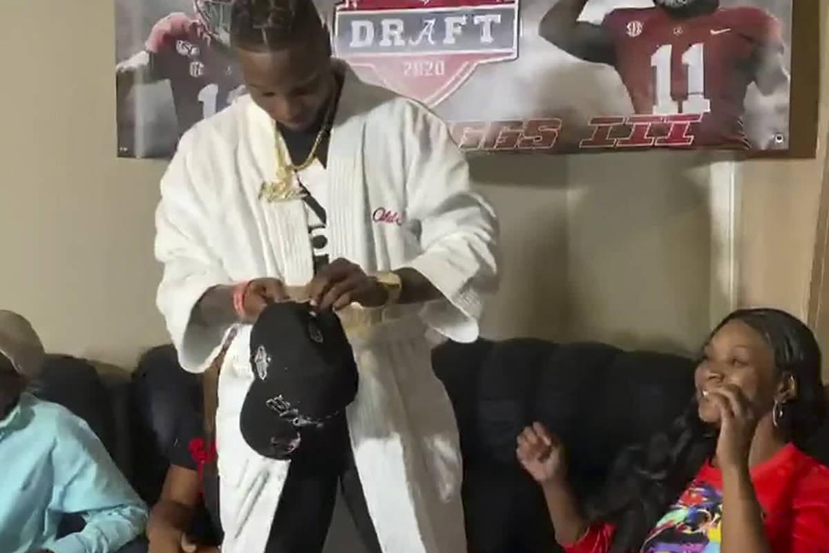 En esta imagen del video proporcionado por la NFL, Henry Ruggs III se prepara para ponerse una ...