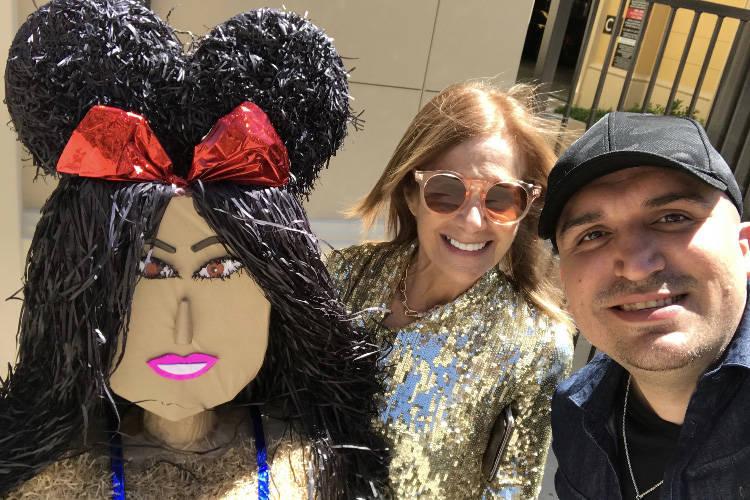 El artista de Las Vegas, Omar Soto, conoce a Cici Bussey después de entregar su piñata Kourtn ...