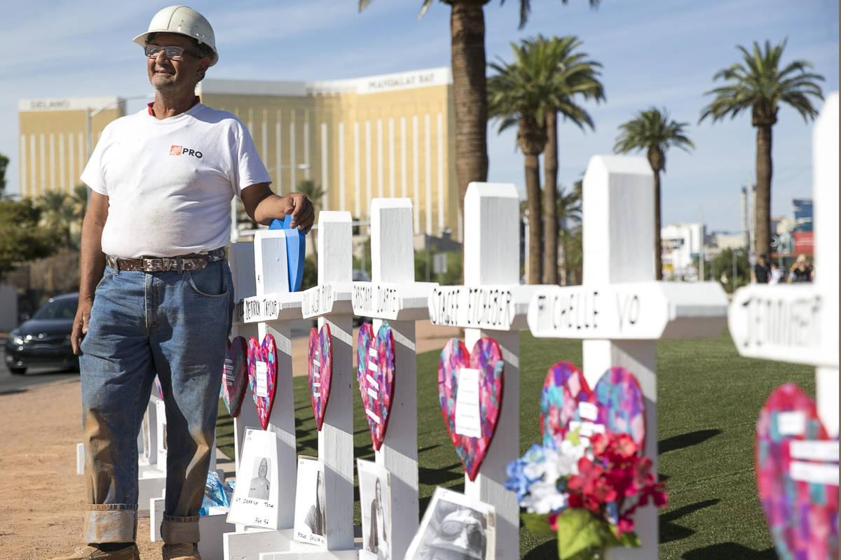 """Greg Zanis, de Aurora, Ill., junto a las 58 cruces que colocó cerca del letrero de """"Welcome to ..."""