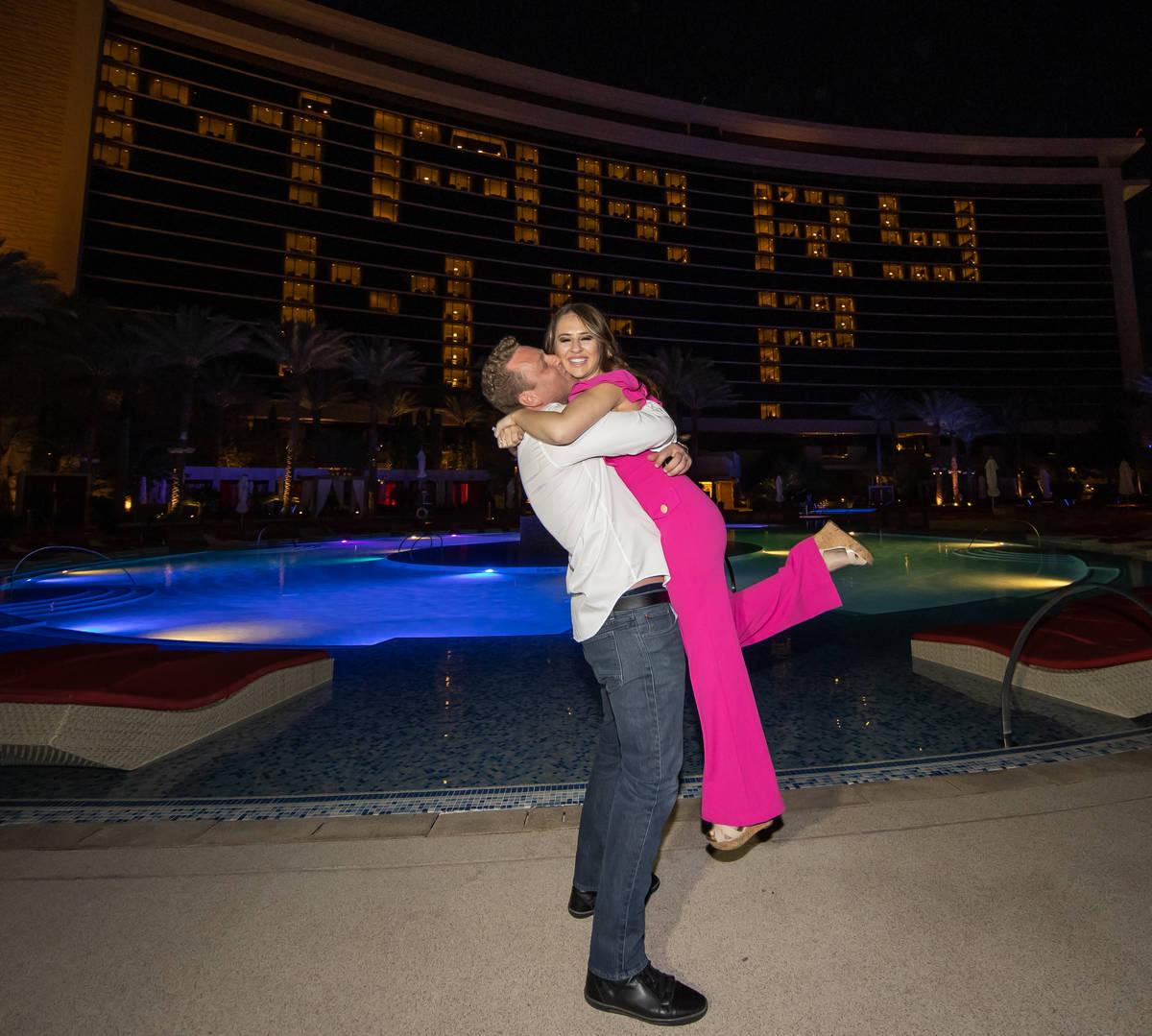 El empresario de Las Vegas, Kyle Markman, le propone matrimonio a Jillian López de Fox 5 en el ...