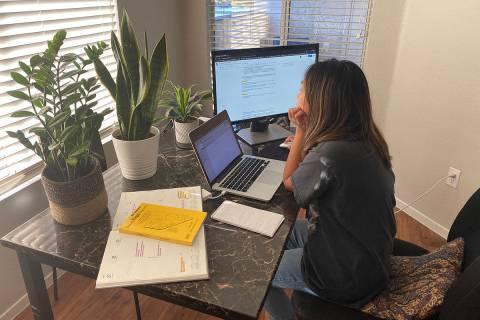 La reportera del Las Vegas Review-Journal, Rio Lacanlale, trabajando desde su casa el martes, 2 ...