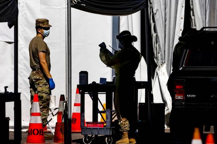Miembros de la Guardia Nacional ayudan a la Facultad de Medicina de la UNLV a administrar las p ...