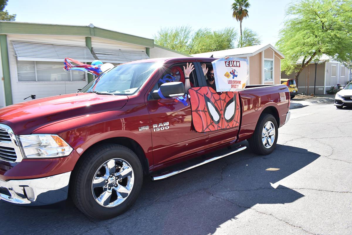 Voluntarios de Make-A-Wish organizaron una caravana al exterior de la casa de Evan para mostrar ...
