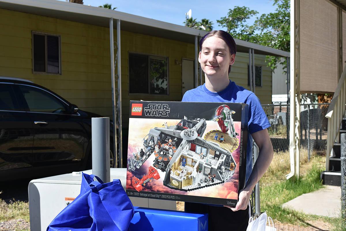 Evan, de 16 años, recibió múltiples obsequios LEGO por parte de la fundación Make-A-Wish. M ...