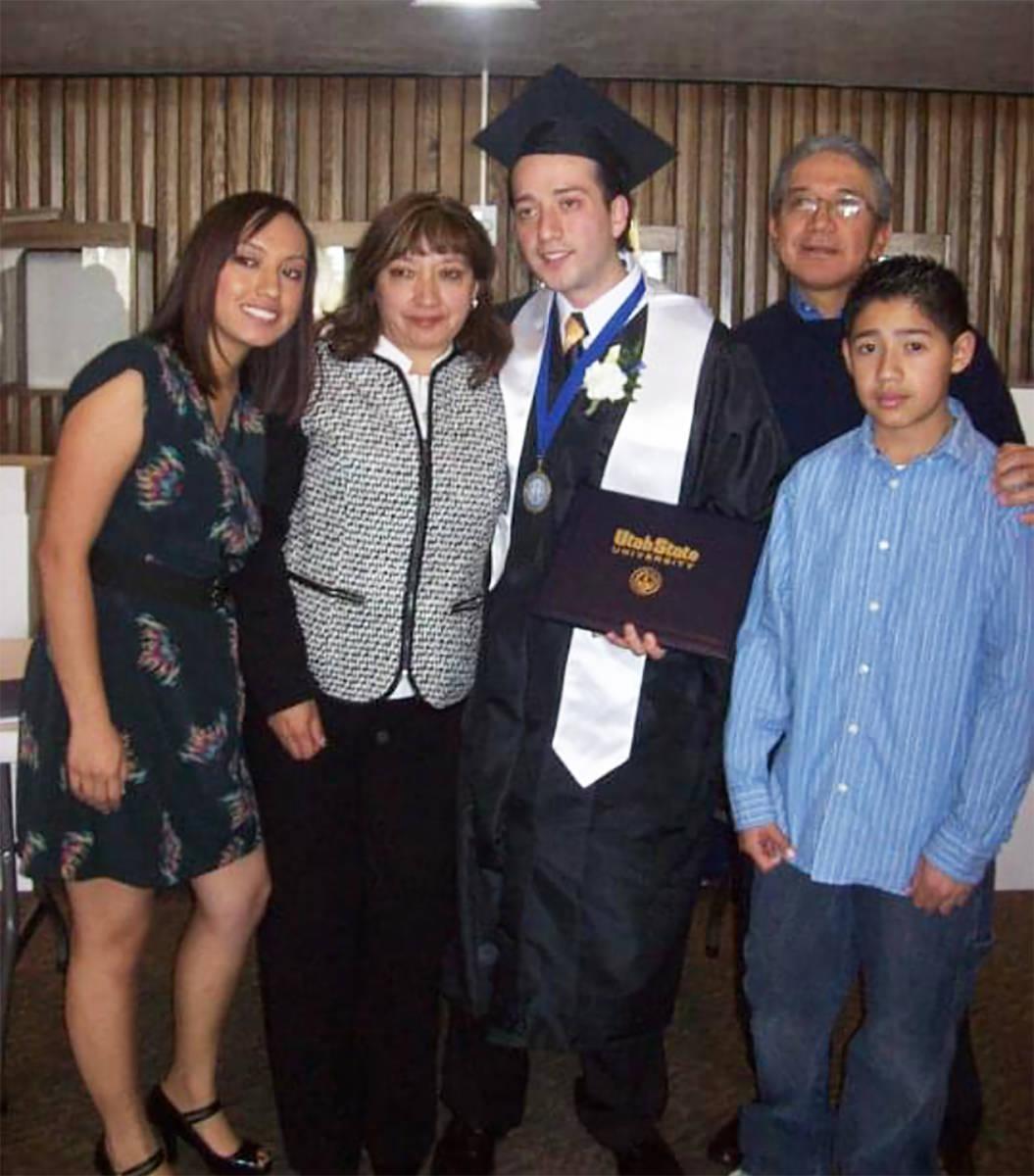 Edison Suasnavas (centro) es uno de tantos beneficiarios de DACA que continúan realizando labo ...