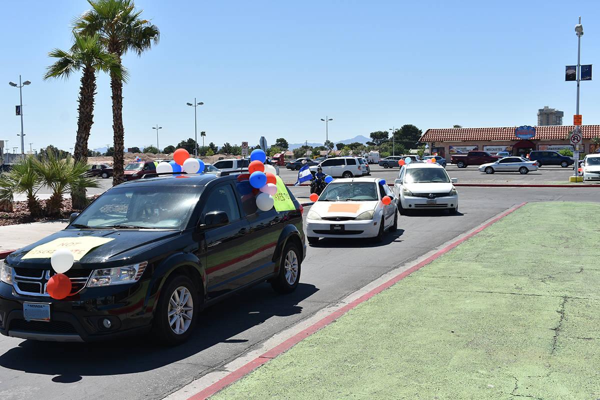 Los participantes de la caravana por el Día del Trabajo decoraron sus vehículos con globos y ...