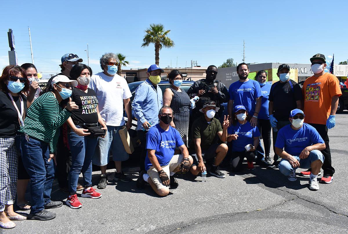 Participantes de la caravana por el Día del Trabajo pidieron fotografiarse con un oficial de l ...