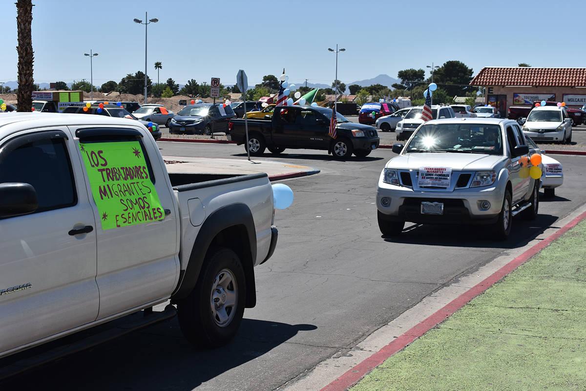 Decenas de personas participaron en una caravana vehicular para conmemorar el Día del Trabajo. ...