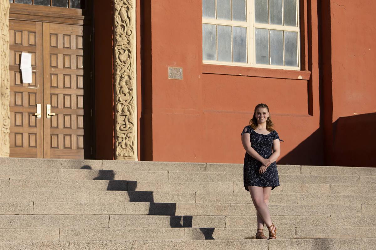 Isabella Tollefson, una de las mejores alumnas de la Academia de las Artes de Las Vegas, posa p ...