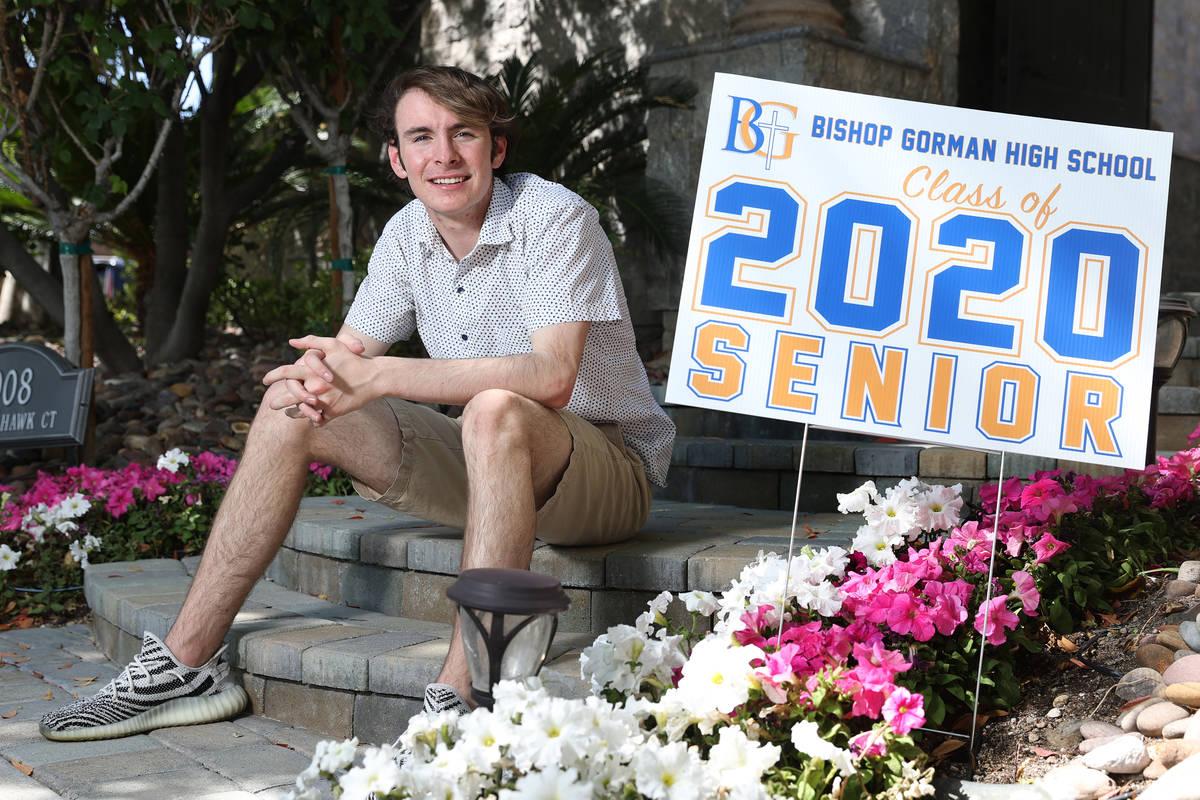 Jake Gaughan, de 18 años, estudiante de último año de la preparatoria Bishop Gorman, posa pa ...
