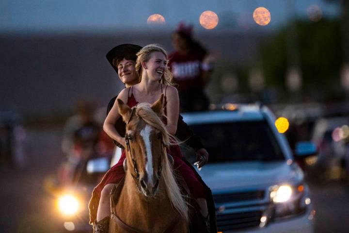 Logan Johnson, izquierda, y Kenzie Matthews participan en un desfile en Las Vegas el viernes, 1 ...
