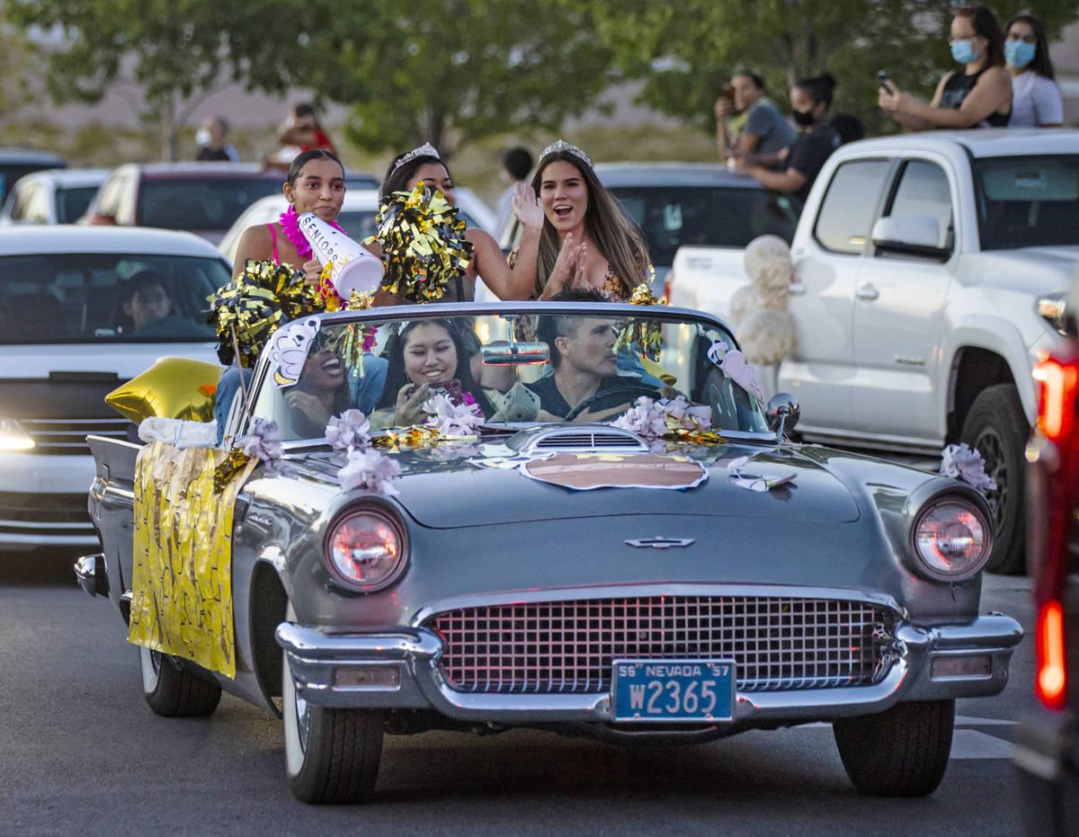 Estudiantes de la preparatoria Desert Oasis participan en un desfile en Las Vegas el viernes, 1 ...