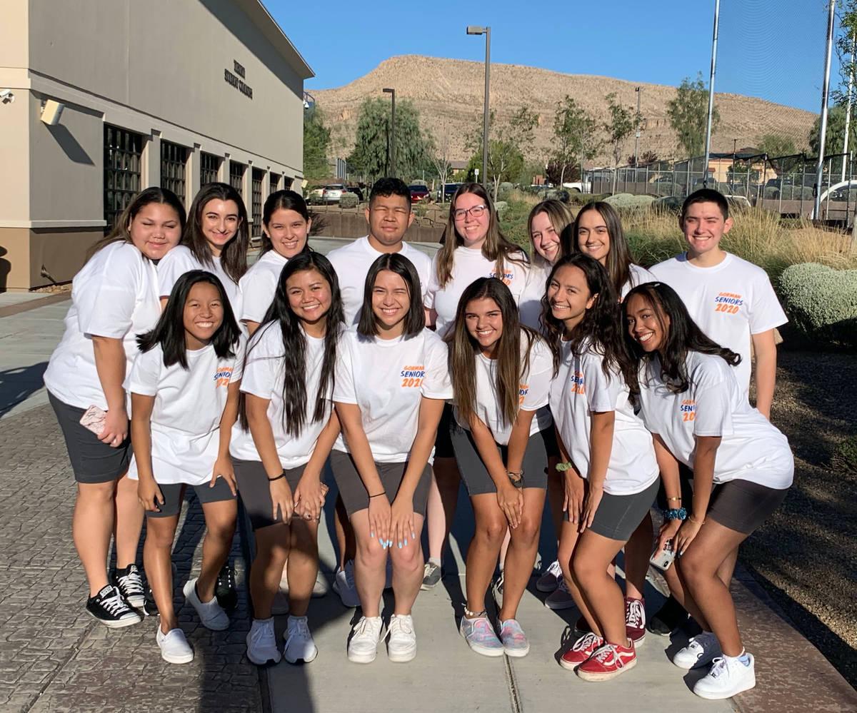 Un grupo de alumnos del último año de la preparatoria Bishop Gorman con camisetas de la gener ...