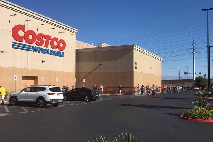 Los compradores hacían cola desde las 6:30 a.m. para una hora especial de compras en Costco en ...